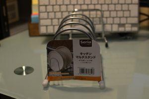 Seriaの「キッチン マルチスタンド」なら、ゴツいノートPCも安心して立てられます。